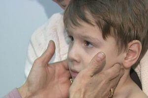 Педиатр осматривает маленького ребенка