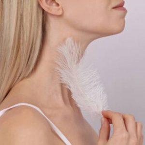 Белое пушистое перо