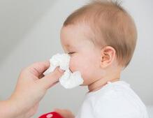 Появление соплей может свидетельствовать о начале болезни у новорожденных