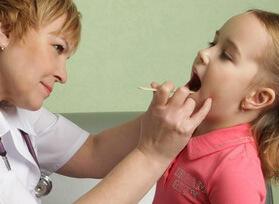 Проверяет полость рта и гланды