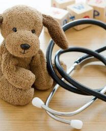 Игрушка стоит на столе у врача