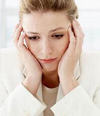 Женщина в белом грустит