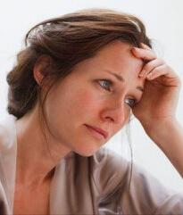 Женщина расстроена из-за болезни и ее долгого лечения