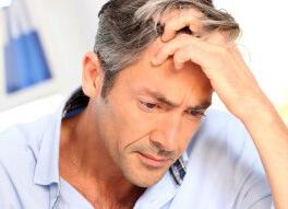 У мужчины седые волосы