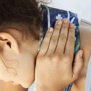 Держит полотенце рукой